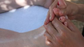 Massaggio alle dita del piede video d archivio