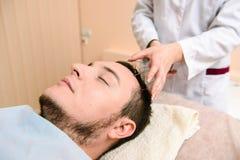 Massaggio capo nella clinica di bellezza immagini stock libere da diritti