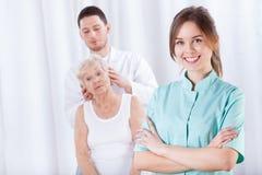 Massaggio capo in un ospedale fotografia stock libera da diritti
