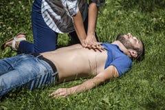 Massaggio cardiaco ad un tipo incosciente dopo la lesione fotografie stock libere da diritti