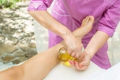 Massaggio con olio d'oliva Fotografie Stock Libere da Diritti