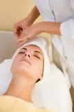 Massaggio criogenico facciale Immagine Stock Libera da Diritti