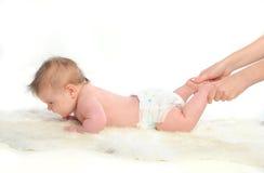 Massaggio del bambino. Piedi Immagine Stock