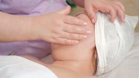 Massaggio del collo-collare e facciale Fine in su Ragazza asiatica in un salone di bellezza Procedura cosmetica per ringiovanimen