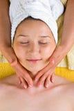 Massaggio del collo della donna al salone della stazione termale Immagini Stock Libere da Diritti
