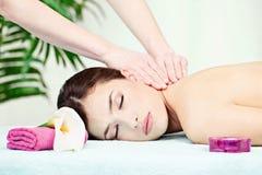 Massaggio del collo in salone fotografia stock