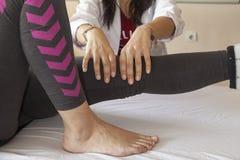 Massaggio del ginocchio Fotografia Stock