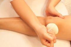 Massaggio del ginocchio di Reflexology dalla sfera di erbe Immagini Stock