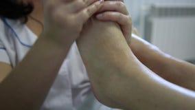 Massaggio del piede stock footage