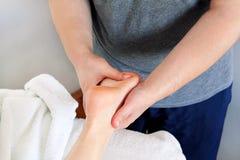 Massaggio del piede immagine stock