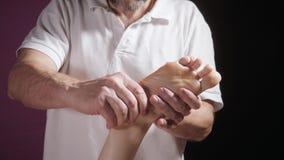 Massaggio del piede di benessere Chiuda su dell'osteologo che fa il massaggio manipolatore Mani dell'uomo che massaggiano femmina video d archivio