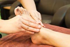 Massaggio del piede di Reflexology Fotografie Stock Libere da Diritti