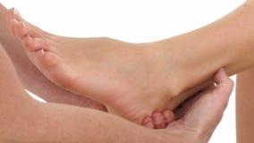 Massaggio del piede isolato su bianco video d archivio