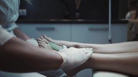 Massaggio del piede nel paziente archivi video