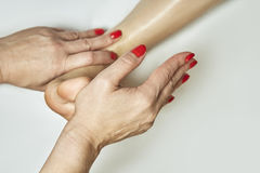 Massaggio del piede nel salone della stazione termale Immagine Stock