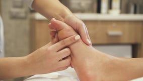 Massaggio del piede per il cliente nel centro della località di soggiorno di stazione termale archivi video