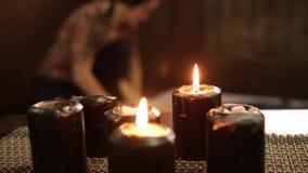 Massaggio del piede in studio tailandese Terapista professionista che dà massaggio tailandese tradizionale stock footage