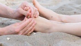 Massaggio del piede sulla spiaggia archivi video
