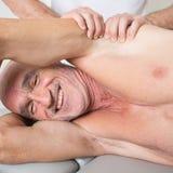 Massaggio dell'ascella fotografie stock libere da diritti
