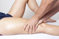 Massaggio della coscia Immagini Stock