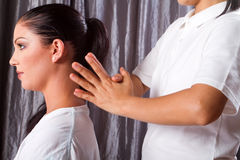 Massaggio della spalla fotografie stock