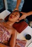 Massaggio della stazione termale Mani che massaggiano la testa della donna al salone di bellezza tailandese immagine stock libera da diritti