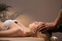 Massaggio della testa e della donna fotografia stock libera da diritti