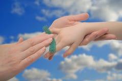 Massaggio delle mani del bambino immagine stock libera da diritti