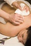 Massaggio di Ayureda con le erbe Fotografie Stock Libere da Diritti