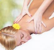 Massaggio di distensione per la giovane bella donna Immagini Stock Libere da Diritti