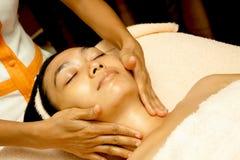 Massaggio di fronte al trattamento facciale Fotografia Stock