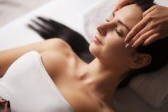 Massaggio di fronte della stazione termale Trattamento facciale Salone della stazione termale terapia fotografia stock libera da diritti