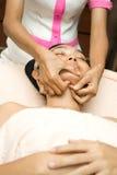 Massaggio di fronte nel trattamento dello skincare Fotografie Stock Libere da Diritti