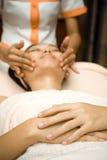 Massaggio di fronte sul trattamento dello skincare Fotografia Stock Libera da Diritti