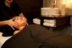Massaggio di fronte. Trattamento della stazione termale. Immagine Stock