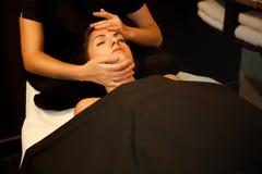 Massaggio di fronte. Trattamento della stazione termale. Fotografia Stock