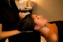 Massaggio di fronte. Trattamento della stazione termale. Immagini Stock