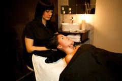 Massaggio di fronte. Trattamento della stazione termale. Fotografia Stock Libera da Diritti
