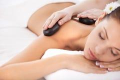 Massaggio di pietra caldo. Fotografia Stock Libera da Diritti
