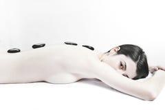 Massaggio di pietra caldo nella stazione termale di giorno immagine stock
