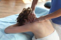 Massaggio di ricezione femminile del collo immagini stock