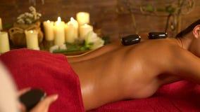 Massaggio di terapia di Lastone nel salone della stazione termale Movimento lento video d archivio