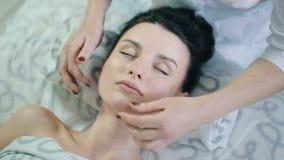 Massaggio di un fronte del ` s della donna archivi video