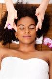 Massaggio facciale del tempiale nella stazione termale di bellezza Immagine Stock