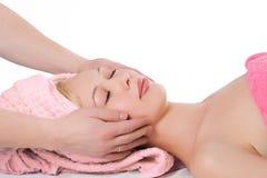 Massaggio facciale della mano dell'uomo alla ragazza bionda Fotografie Stock Libere da Diritti