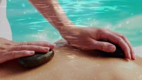 Massaggio facendo uso delle rocce video d archivio