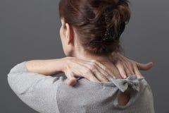 Massaggio muscolare per le spalle di rilassamento del collo e parte posteriore da tensione Immagine Stock