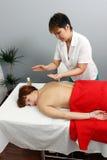 Massaggio nel salone della stazione termale Fotografia Stock