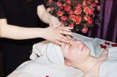 Massaggio nel salone di bellezza fotografia stock libera da diritti