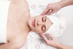 Massaggio per il fronte ed il collo di giovane bella donna Fotografia Stock